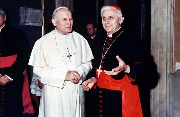 """11° giorno della collaborazione tra LA DISCUSSIONE e PAPABOYS 3.0 per ricordare la nascita del Santo Papa. Due 'amici' e 'Uomini di Dio' che hanno profondamente segnato il cammino di molti di noi. Ed ancora oggi sono presenti in molte occasioni nelle 'giornate spirituali'. Signore in mezzo al suo popolo. I fedeli, riconoscevano nel Papa defunto, il ponte tra Dio e gli uomini. Sei anni dopo, il nuovo Pontefice Benedetto XVI, abrogando la normativa sulle cause di Beatificazione, il 01 Maggio, in una piazza San Pietro gremita fino all'inverosimile, Karol Woityla, veniva dichiarato Beato. Si è parlato molto negli anni del rapporto di Giovanni Paolo II e Benedetto XVI. Erano legati da un'amicizia profonda. La fiducia vicendevole ha permesso di sostenere il cammino della Chiesa tra le tempeste del mondo. Da papa emerito, Ratzinger, ha voluto ricordare in una lunga ed intensa intervista il personale rapporto con il Papa venuto """"da un paese lontano"""", il quale la sera dell'elezione presentandosi dal balcone della basilica di San Pietro, salutava la folla con le parole """"sia lodato Gesù Cristo"""". Da quella sera nulla è stato come prima. Riportiamo alcuni passi significativi dell'omelia tenuta da Benedetto XVI, pronunciate durante il rito di Beatificazione: Cari fratelli e sorelle! Sei anni or sono ci trovavamo in questa Piazza per celebrare i funerali del Papa Giovanni Paolo II. Profondo era il dolore per la perdita, ma più grande ancora era il senso di una immensa grazia che avvolgeva Roma e il mondo intero: la grazia che era come il frutto dell'intera vita del mio amato Predecessore, e specialmente della sua testimonianza nella sofferenza. Già in quel giorno noi sentivamo aleggiare il profumo della sua santità, e il Popolo di Dio ha manifestato in molti modi la sua venerazione per Lui. Per questo ho voluto che, nel doveroso rispetto della normativa della Chiesa, la sua causa di beatificazione potesse procedere con discreta celerità. Ed ecco che il giorno atteso è arrivato; è """