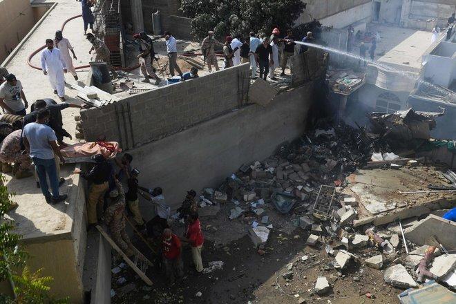 Tragedia in Pakistan, aereo precipita sulle case