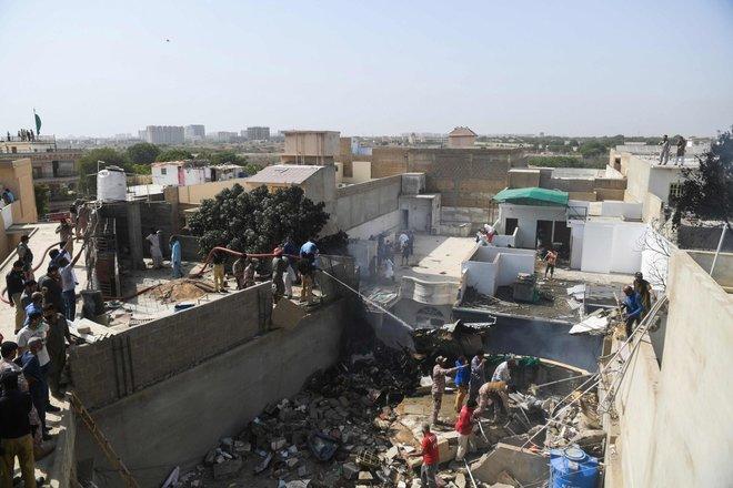 Tragedia in Pakistan, aereo precipita sulle case 2