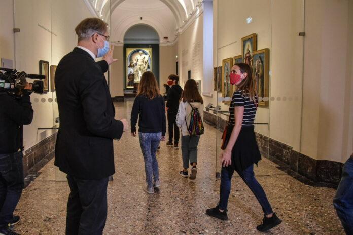 Davanti alle opere d'arte con la mascherina per la riapertura della Pinacoteca di Brera a Milano