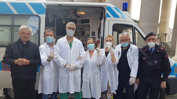 L'ambulanza e il cardinale Krajewski con i medici volontari