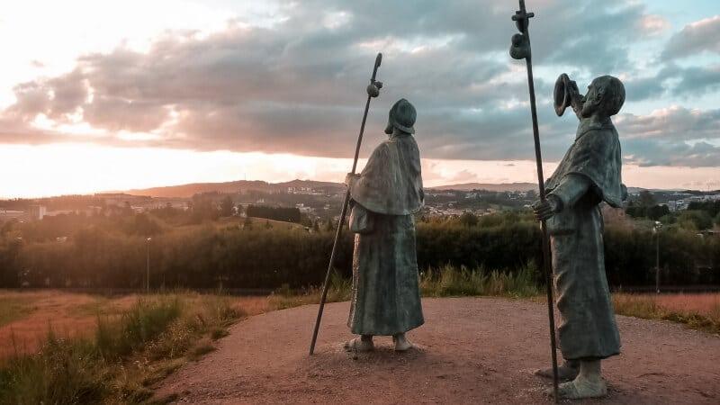 """Ogni anno milioni di pellegrini si recano in pellegrinaggio a Santiago di Compostela. Il percorso più famoso e praticato è quello detto """"Francesce"""", oltre 800 km che collegano i Pirenei francesi alla città della Galizia. Un viaggio che cambia la vita di ogni viandante che decide di percorrerlo."""