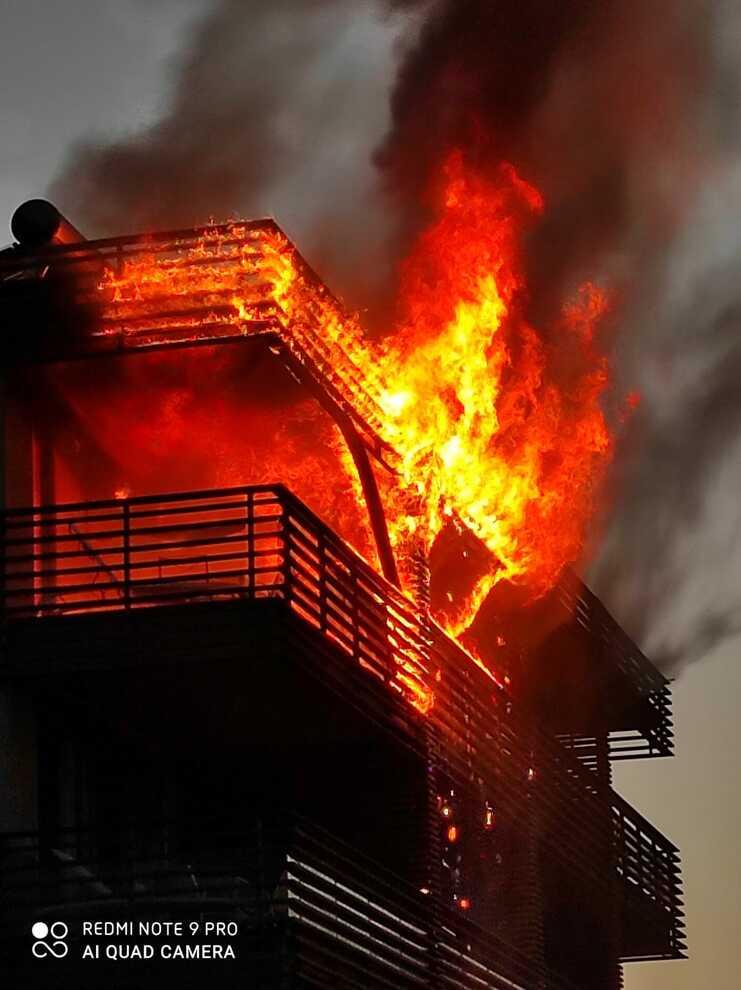 Montalto Marina, hotel in fiamme: tre piani avvolti dal fuoco. Evacuato un campeggio