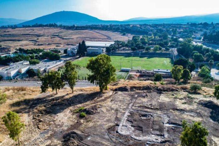 Veduta area dell'area di scavo a Kfar Kama, in Galilea, con la chiesa a tre absidi recentemente ritrovata