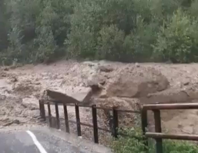 Una vera e propria strage familiare per una frana causata da un violento temporale in alta Valtellina. La frana si è staccata questo pomeriggio