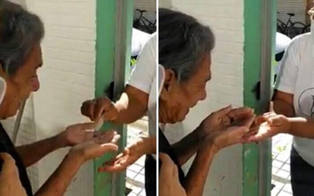L'anziana che riceve l'Eucarestia dopo 5 mesi