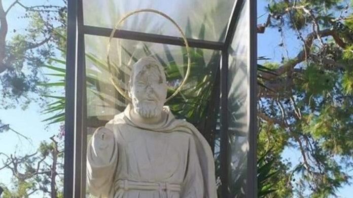 Vandalizzata statua di Padre Pio (www.trnews.it)