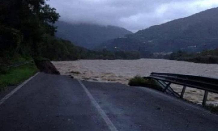 La strada della Valsesia inghiottita dal fiume su cui viaggiava l'automobilista morto