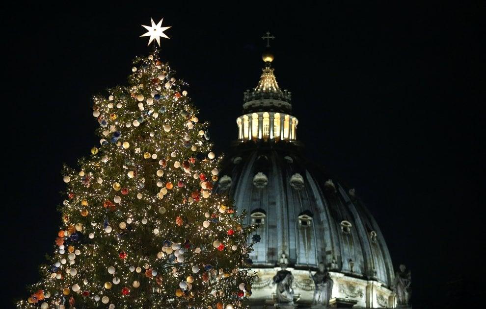 Piazza San Pietro allestita a festa per Natale