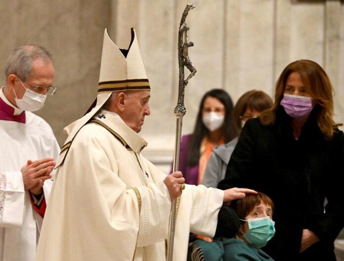 Papa Francesconella Messa della notte diNatale