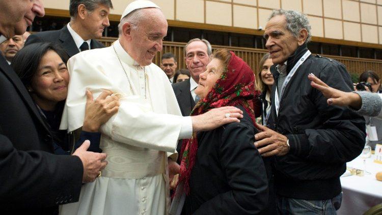 Papa Francesco vicino ai poveri