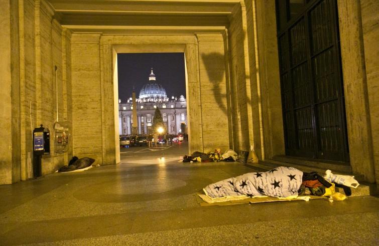 Papa Francesco accanto ai senza tetto
