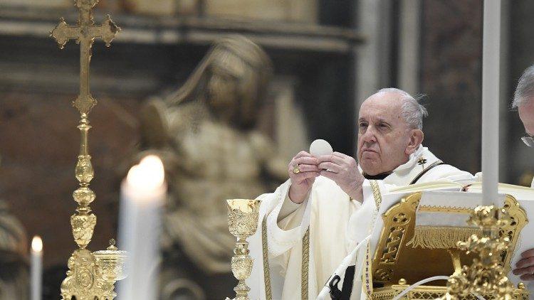 """Papa Francesco: """"Adorare Dio, è scoprirlo nascosto nelle situazioni semplici"""""""