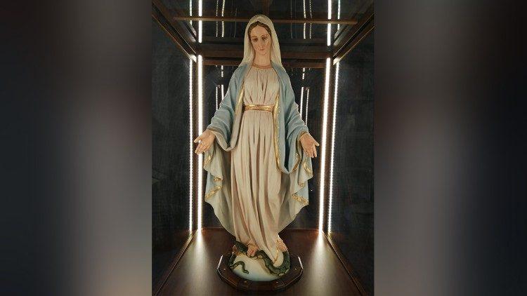 La benedizione materna della Regina della Pace