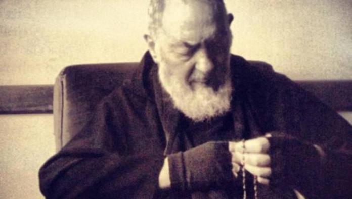 Padre Pio 'appare' sotto le finestre di Draghi