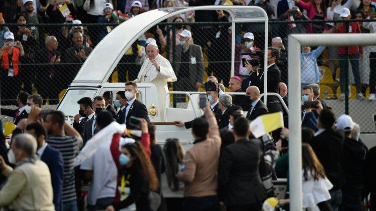 Papa Francesco al suo ingresso allo Stadio Franso Hariri
