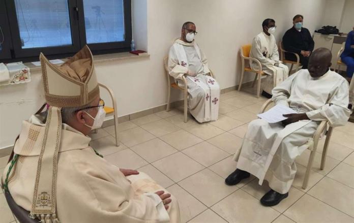 Padre Livinius è stato ordinato sacerdote nell'hospice dove combatte la leucemia