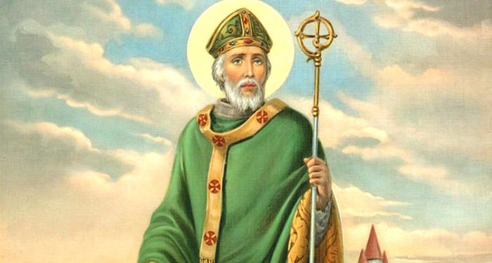 """La potente preghiera della """"Corazza di San Patrizio..."""" Recita l'orazione della Corazza di San Patrizio: ti cambierà vita, è bellissima! Diffondiamola e facciamola conoscere, recitiamola in famiglia! Una preghiera molto bella, che il coraggioso e grande Apostolo d'Irlanda, molto amato tutt'oggi dagli Irlandesi, recitò nei momenti più difficili della sua lotta per difendersi dagli attacchi e dalle maledizioni dei druidi, che gli tesero tanti trabocchetti per scoraggiare la sua opera di evangelizzazione, ma non ebbero mai successo: egli dimostrò con segni e prodigi agli irlandesi, intrisi di magia e occultismo, che la potenza di Cristo era ancor più grande. Il testo della supplica: Io sorgo oggi Grazie a una forza possente, l'invocazione della Trinità, Alla fede nell'Essere Uno e Trino, Alla confessione dell'unità Del Creatore del Creato. Io sorgo oggi Grazie alla forza della nascita di Cristo e del suo battesimo, Alla forza della sua crocifissione e della sua sepoltura, Alla forza della sua resurrezione e della sua ascesa, Alla forza della sua discesa per il Giudizio Universale. (continua dopo il video) Vuoi recitare la Corazza di San Patrizio insieme a noi della Redazione Papaboys? Ecco il video sul canale YouTube 'Redazione Papaboys' Per iscriverti gratuitamente alcanale You Tube della redazione:https://bit.ly/2XxvSRxricordati di mettere il tuo 'like' al video, condividerlo con gli amici ed attivare le notifiche per essere aggiornato in tempo reale sulle prossime pubblicazioni. Non dimenticare di iscriverti al canale (è gratuito) ed attivare le notifiche Io sorgo oggi Grazie alla forza dell'amore dei cherubini, In obbedienza agli angeli, Al servizio degli arcangeli, Nella speranza della resurrezione e della ricompensa, Nelle preghiere dei patriarchi, Nelle predizioni dei profeti, Nella predicazione degli Apostoli, Nella fede dei confessori, Nell'innocenza delle sante vergini, Nelle imprese degli uomini giusti. LEGGI ANCHE: Ecco chi era realmente San Patrizio - VITA"""