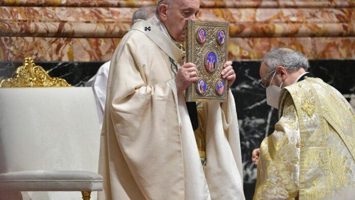 Papa Francesco all'Altare della Cattedra, nella Basilica di San Pietro.