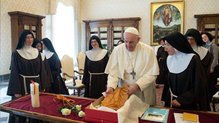 Papa Francesco incontra le clarisse del terremoto: 'Non stancatevi di consolare..'