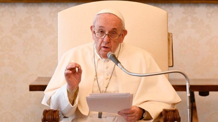Papa Francesco. Udienza di oggi: 'dal Cielo i santi ci danno una mano..'
