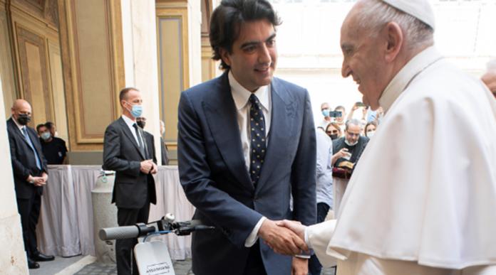 Un monopattino è stato donato a Papa Francesco