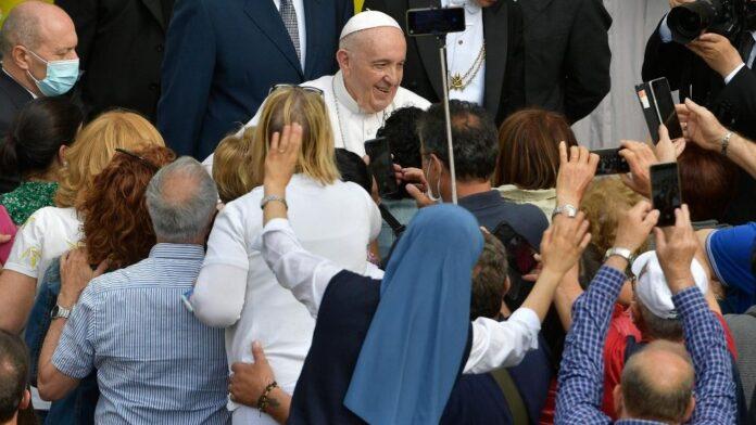 Papa all'udienza generale celebrata nel Cortile di San Damaso in Vaticano