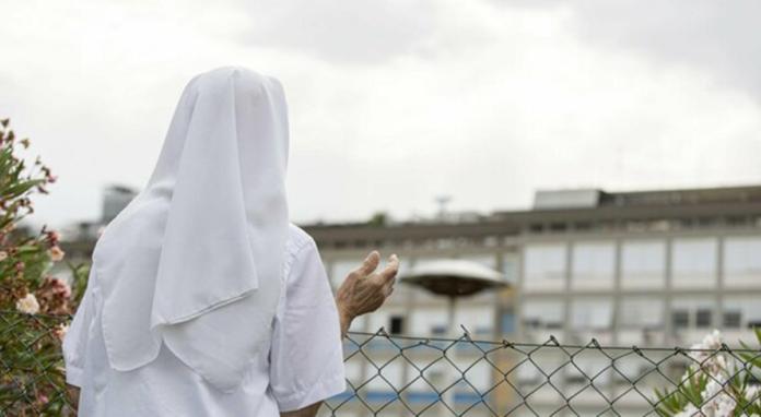 Una suora prega verso la stanza dell'ospedale di Papa Francesco