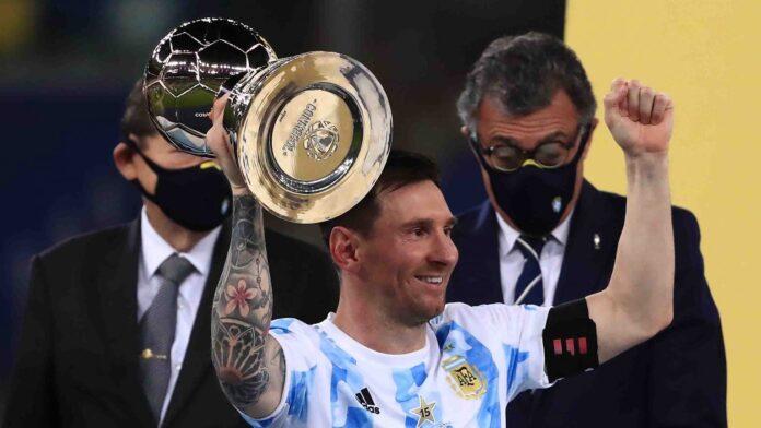 Lionel Messi alza il trofeo del capocannoniere di Copa America (Getty Images)