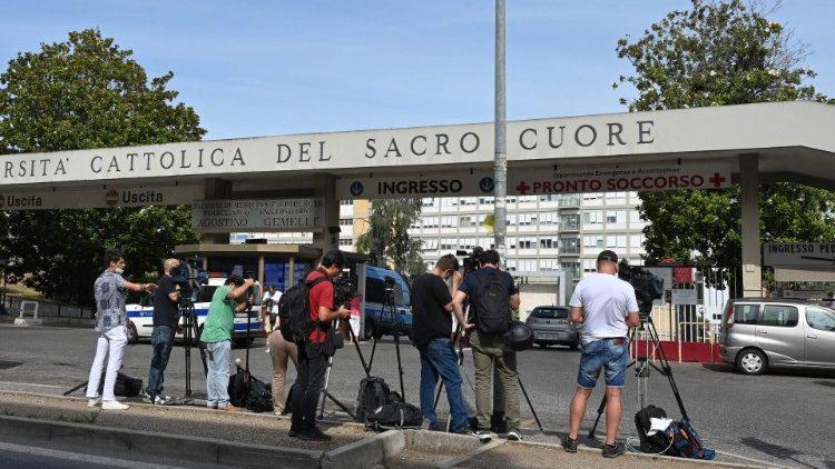 La stampa di tutto il mondo fuori al Policlinico Gemelli segue l'evolversi del ricovero del Papa (AFP or licensors)