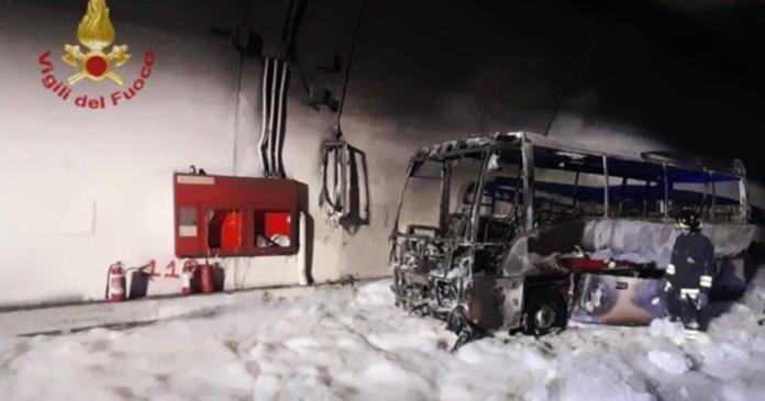Pullman in fiamme vicino Lecco: salvi i 25 bambini