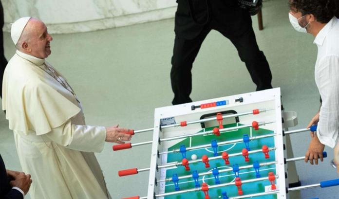 Papa Francesco gioca a biliardino