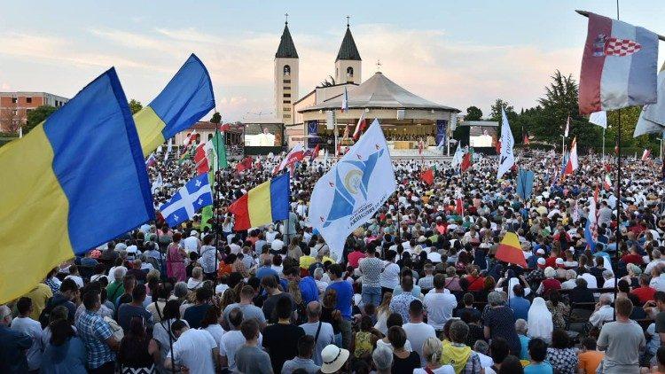 VPapa Francesco parla ai giovani riuniti a Medjugorje