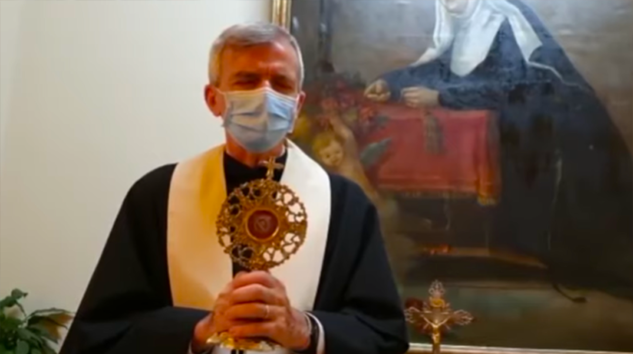 La benedizione con la reliquia di Santa Rita
