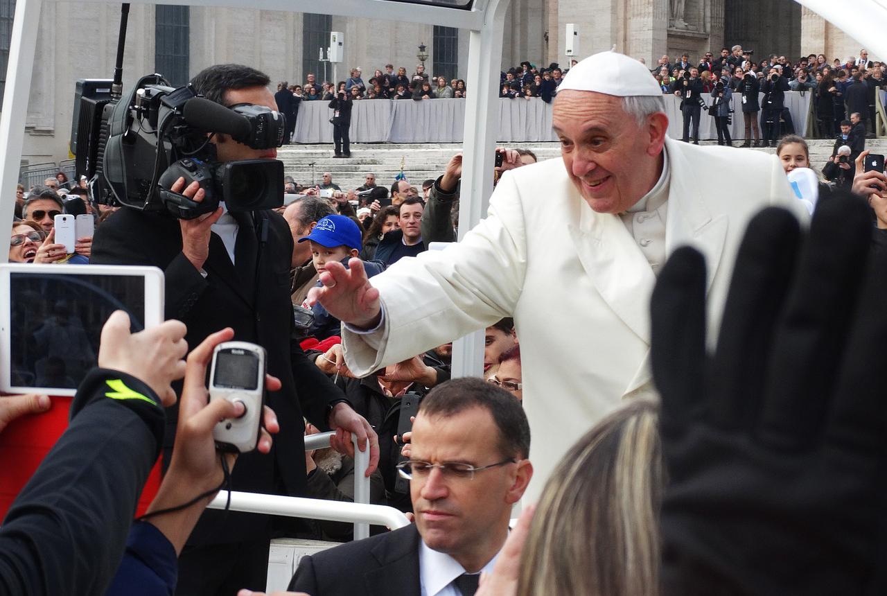 Invoca protezione e forza sul caro Papa Francesco
