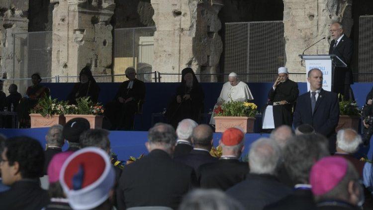 I leader delle religioni in preghiera al Colosseo